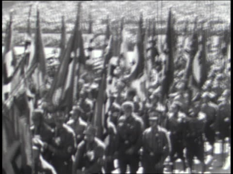 vídeos de stock e filmes b-roll de german soldiers march with nazi flags and banners; the italian army carries emblems representing fascism. - nazismo