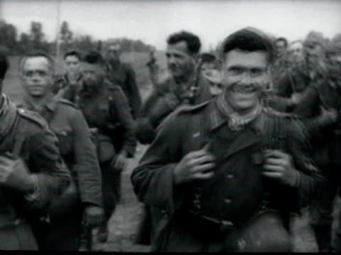 vidéos et rushes de german soldiers of army group south walking through soviet rural areas during operation barbarossa - wehrmacht