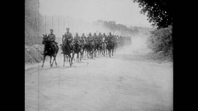 / german soldiers on horseback riding down the road wwi soldiers on horseback on january 01 1915 in france - freizeitreiten stock-videos und b-roll-filmmaterial