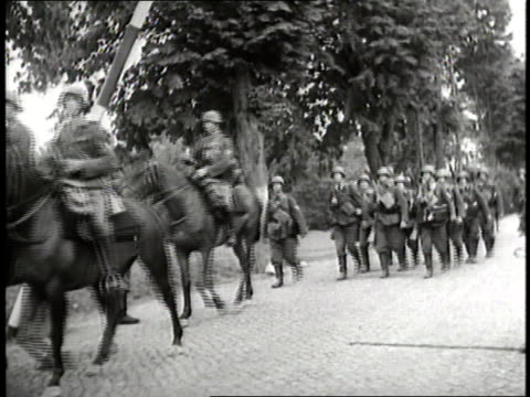 vídeos de stock, filmes e b-roll de german soldiers raise a barricade and assume battle positions along the road during the invasion of poland - polônia