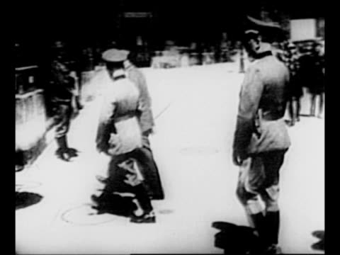 vídeos de stock, filmes e b-roll de german soldiers stand at attention at doorway of building / adolf hitler walks toward building with other nazi officers / german soldiers walk in... - wehrmacht
