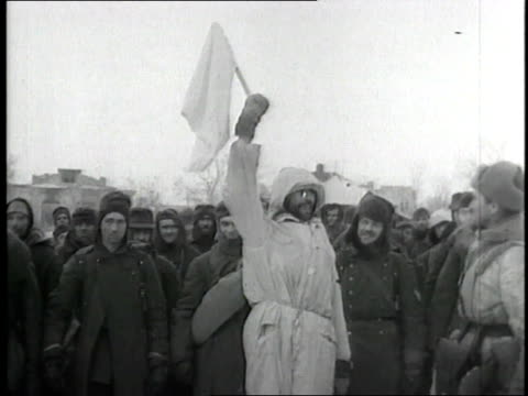 vídeos de stock e filmes b-roll de german soldiers surrender to soviet soldiers in stalingrad - 1942