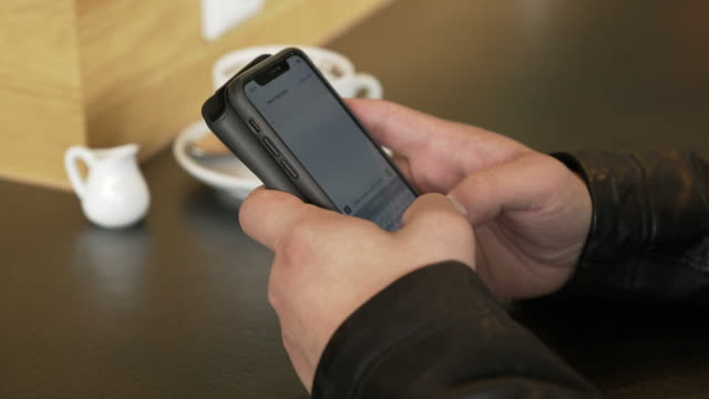 Deutsche Studentin mit Smartphone In einem Coffee-Shop