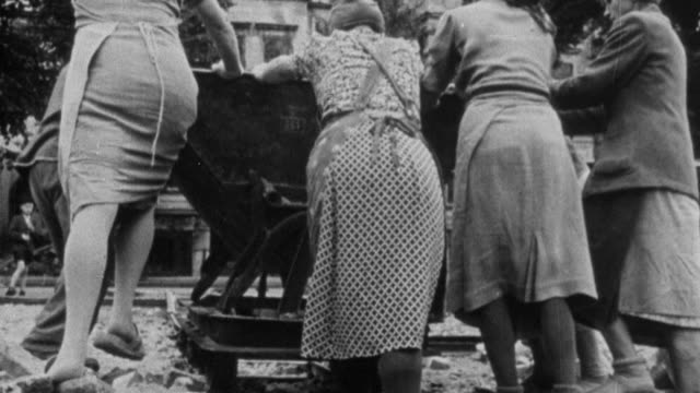 montage german survivors working to clean bombing devastation in 1945 / germany - 1945 stock-videos und b-roll-filmmaterial