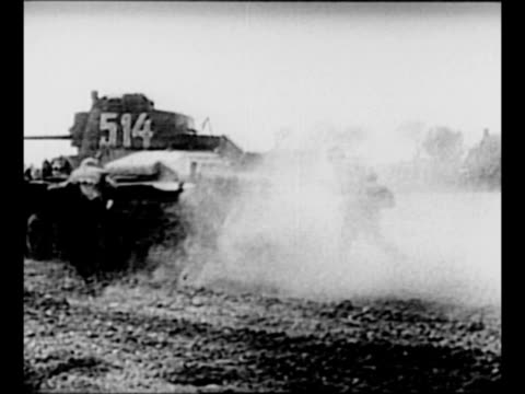 vidéos et rushes de german tank moves away emitting cloud of dust from its treads during world war ii / group of german soldiers outside building fire artillery and door... - wehrmacht