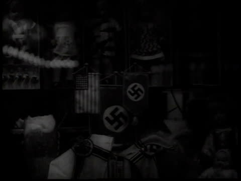 vidéos et rushes de german toys, dolls, and swastika pennants in store window / new york city, new york, usa - groupe moyen d'objets
