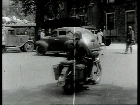 vídeos de stock, filmes e b-roll de german troops riding into amsterdam / netherlands - segunda guerra mundial