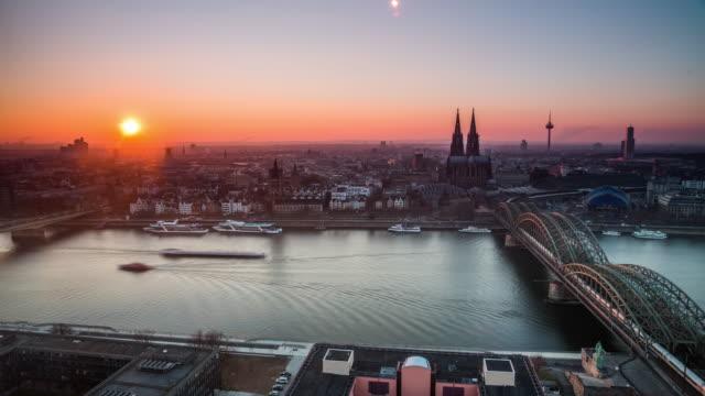 Deutschland, Nordrhein-Westfalen, Köln, Stadtansicht mit Kölner Dom und Colonius in Dämmerung - Zeitraffer
