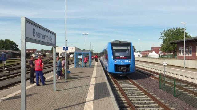 vídeos de stock, filmes e b-roll de germany on monday rolled out the world's first hydrogen powered train signalling the start of a push to challenge the might of polluting diesel... - hidrogênio
