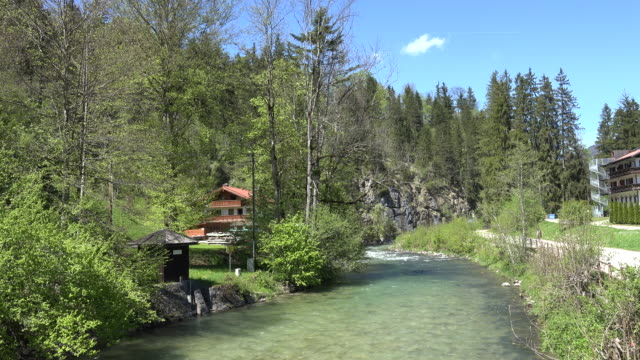 vídeos de stock, filmes e b-roll de germany river in berchtesgaden zooms in - alta baviera