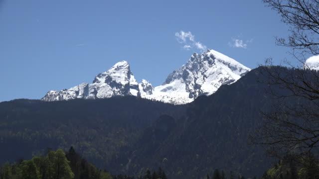 vídeos de stock, filmes e b-roll de germany snow on the watzmann zooms out - alta baviera