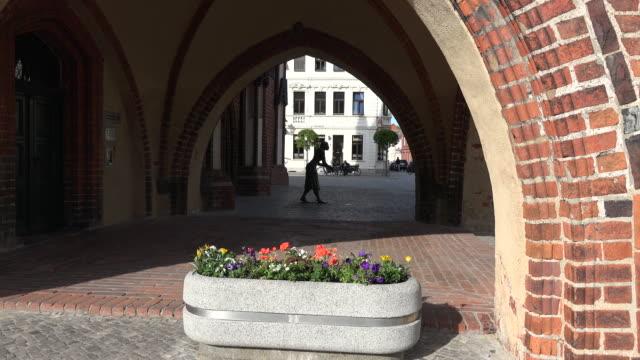 germany tangermunde rathaus and statue of grete munde beyond flowers - rathaus bildbanksvideor och videomaterial från bakom kulisserna