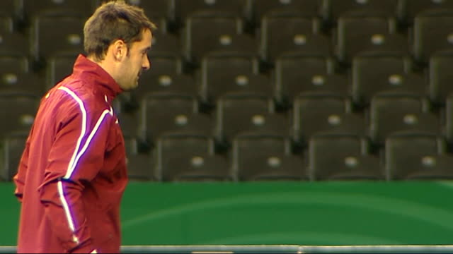 vidéos et rushes de england training germany berlin olympiastadion ext england goalkeepers paul robinson and ben foster along kicking ball to each other fabio capello... - donner un coup de pied