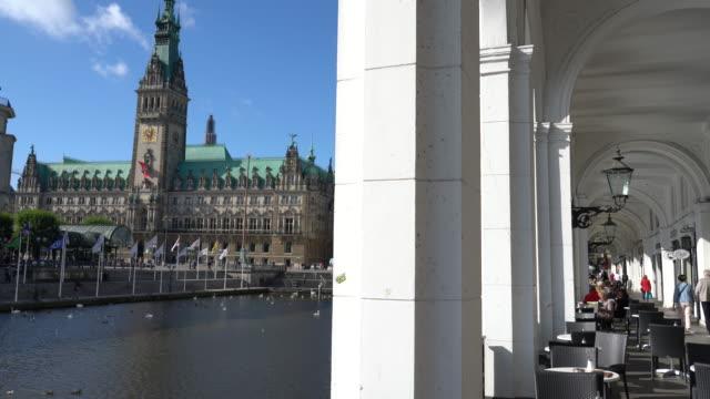 germany, view of hamburg city hall from arcaded sidewalk - rathaus hamburg stock-videos und b-roll-filmmaterial