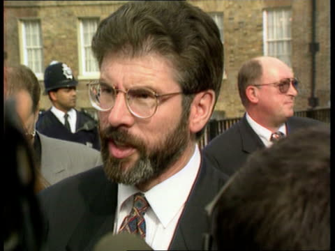 vidéos et rushes de gerry adams house of commons meeting cancelled itn london westminster gerry adams towards talking to press lms side adams along thru press pan rl lms... - biographie