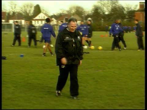 gerry francis resigns from qpr lib london ext gerry francis along on training pitch - クイーンズ パーク レンジャーズfc点の映像素材/bロール