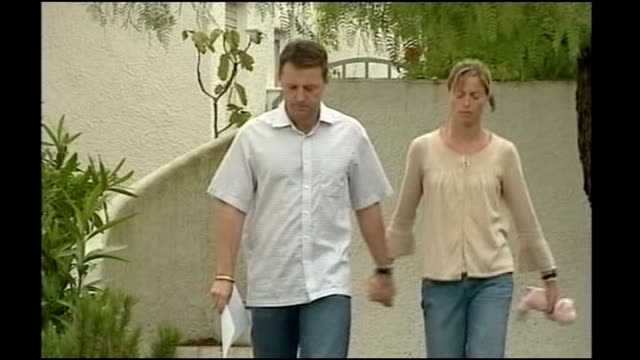 gerry mccann and max mosley call for tightening of reporting standards may 2007 algarve praia da luz ext gerry mccann and kate mccann walk towards at... - praia stock videos & royalty-free footage