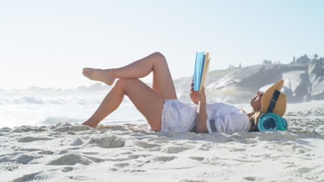 vidéos et rushes de soyez confortable, l'été est là - brightly lit