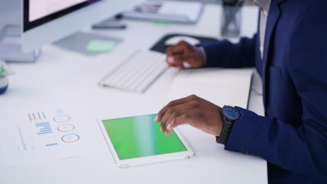 verbinden, fertig werden - multitasking stock-videos und b-roll-filmmaterial