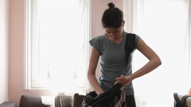 vidéos et rushes de préparez-vous pour le jogging - jeunes filles