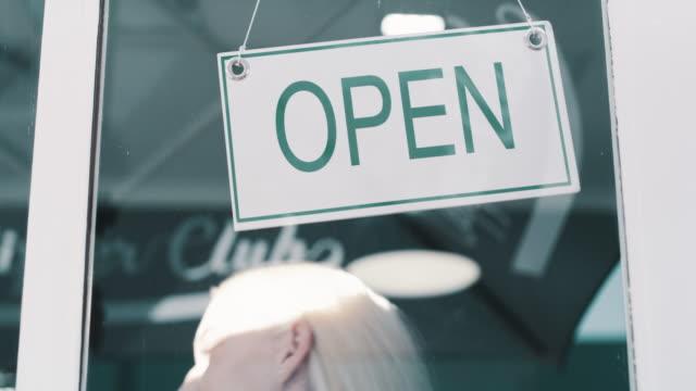 vídeos y material grabado en eventos de stock de prepárate para obtener ganancias - señal de abierto