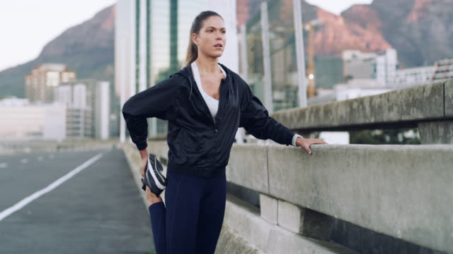 get the most out of your workout with a warmup - fare lo stretching video stock e b–roll