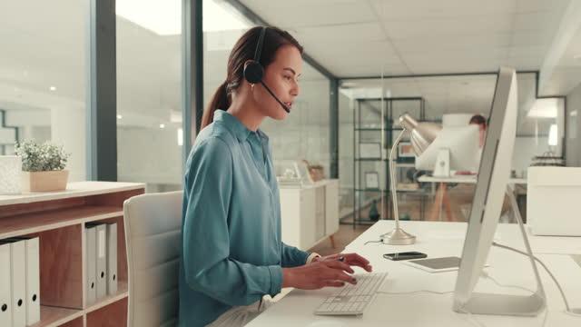 vídeos y material grabado en eventos de stock de puedo ayudar a la gente todos los días en el trabajo - centro de llamadas