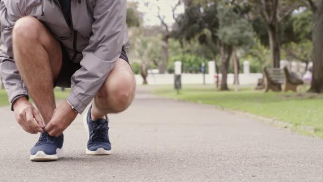 vídeos de stock, filmes e b-roll de coloque seus tênis de corrida e fique em forma - laço acessório