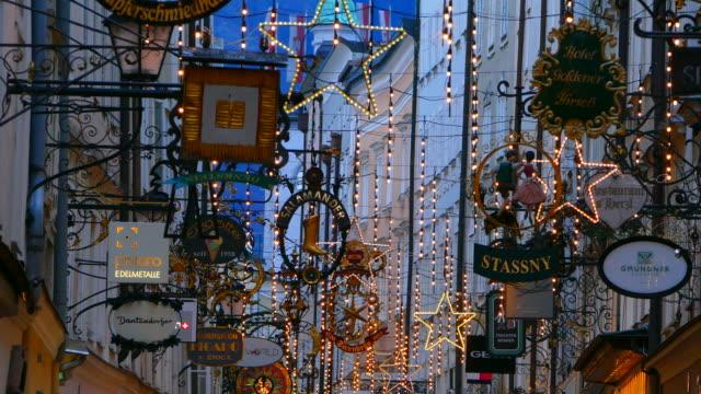 vídeos y material grabado en eventos de stock de getreidegasse at christmas time, salzburg, austria - austria