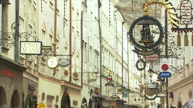 ws td getreidegasse at christmas time / salzburg, austria - traditionally austrian stock videos & royalty-free footage