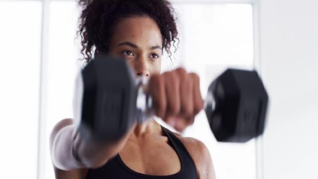 vídeos y material grabado en eventos de stock de conseguir un buen control de sus objetivos de fitness - rizado peinado