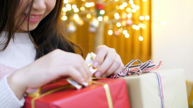 vídeos de stock, filmes e b-roll de recebendo o presente de natal - feiura
