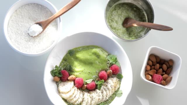 immer näher an veganen smoothie essfertig - schüssel stock-videos und b-roll-filmmaterial