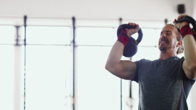 vidéos et rushes de obtenir dans quelques bonnes reps - musculation