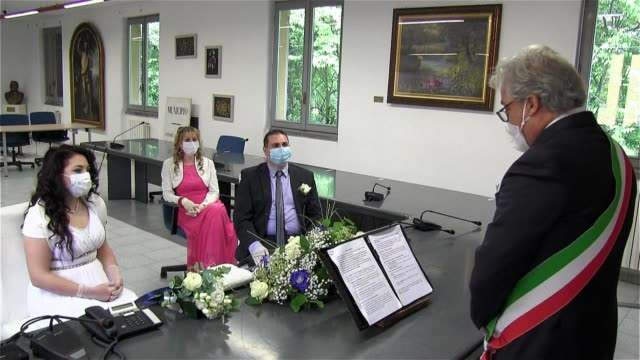 getting married wearing gloves and face masks, while giving up the banquet and the guests - ospite video stock e b–roll