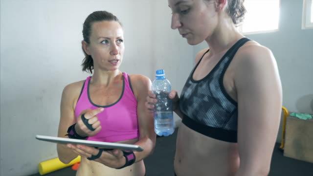 vídeos de stock, filmes e b-roll de recebendo indicações preciosas. - instrutor de fitness
