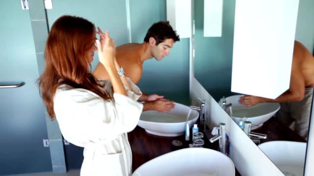 vidéos et rushes de préparez-vous pour une journée à deux - salle de bains