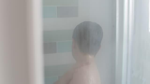 getting ready for school - boy having a shower - schulkind nur jungen stock-videos und b-roll-filmmaterial