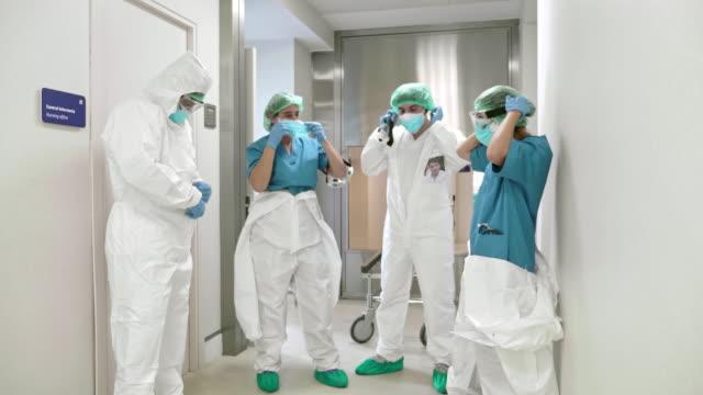 vídeos y material grabado en eventos de stock de preparándose para la mañana en el hospital - trabajador de primera línea
