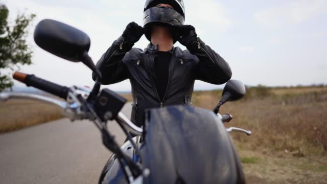 vídeos y material grabado en eventos de stock de preparándose para conducir - casco protector