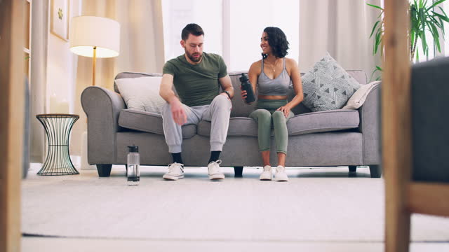 vorbereitungen für die gemeinsame bewältigung ihrer fitnessziele - husband stock-videos und b-roll-filmmaterial