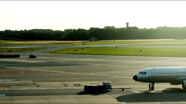 vídeos de stock e filmes b-roll de preparação para taxi - pista de aterragem