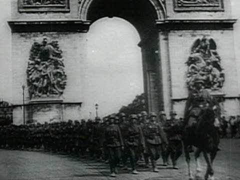 stockvideo's en b-roll-footage met getting shoe shine, paris, nazi parade under arch of triumph, eiffel tower, german soldiers raising nazi flag, drinking out of bottle audio /... - nazism