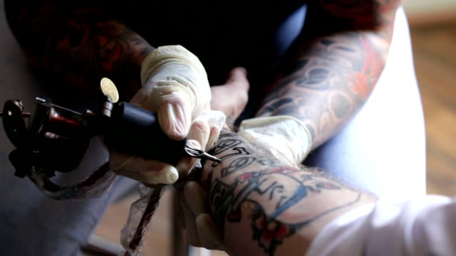 stockvideo's en b-roll-footage met getting getatoeëerd - tatoeage