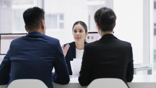 vidéos et rushes de mettre les objectifs de l'entreprise sur la table - entretien