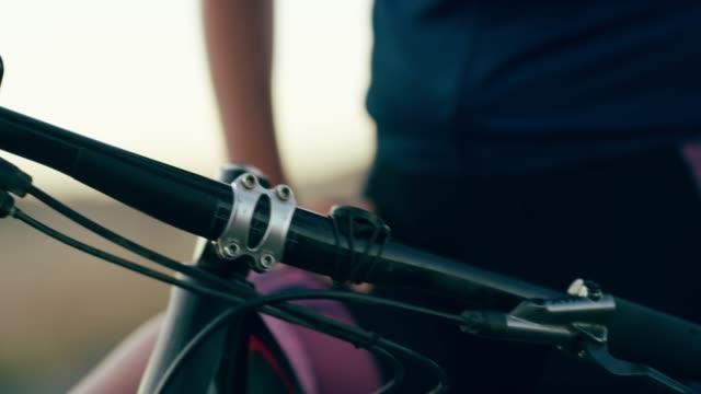 vídeos de stock, filmes e b-roll de como lidar com o terreno - mountain bike bicicleta