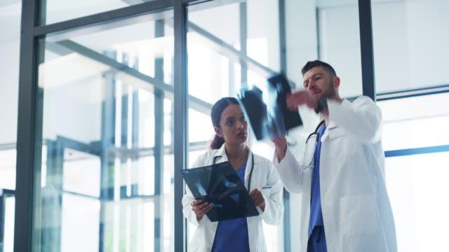 immer zusammen, um die ursache zu ermitteln - medizinisches röntgenbild stock-videos und b-roll-filmmaterial