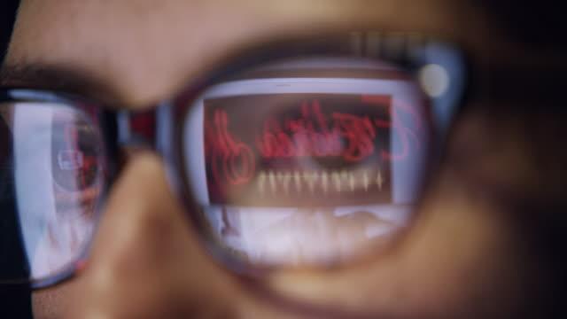 vídeos y material grabado en eventos de stock de llegar a los engaños en la oscuridad - fémina