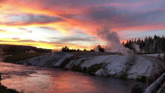 vídeos de stock, filmes e b-roll de geyser eruption at sunset - wyoming