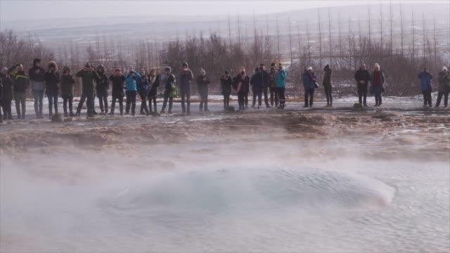 vídeos de stock, filmes e b-roll de geyser eruption - islândia central